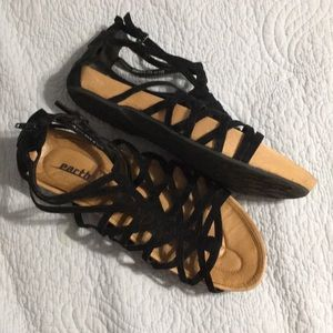 Earth Black strappy leather Sandals (size 10)